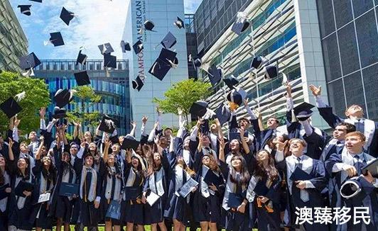 美国政策收紧致国际学生人数骤然下降,中国留学生转投加拿大